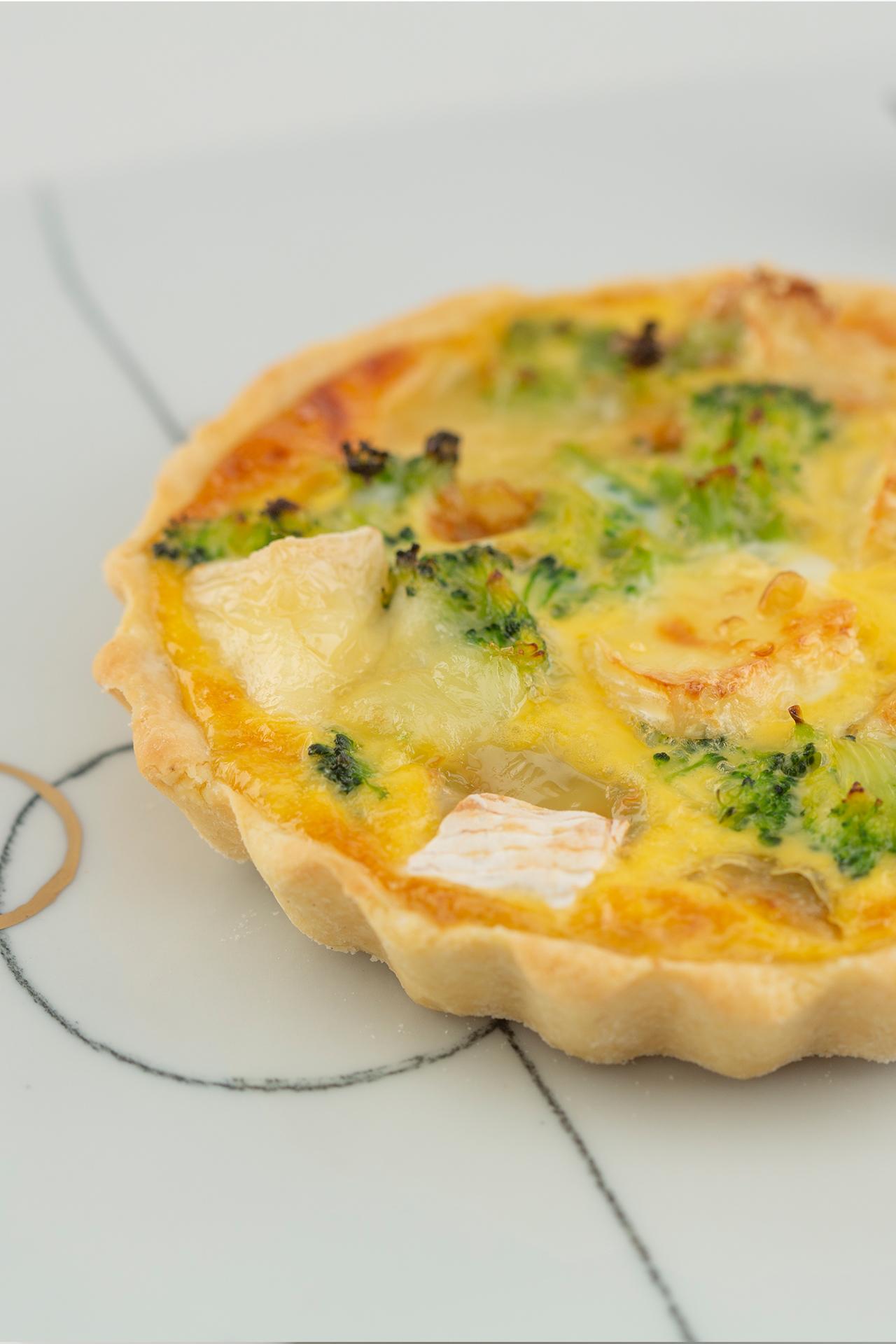 Mini quiche with Camembert and broccoli