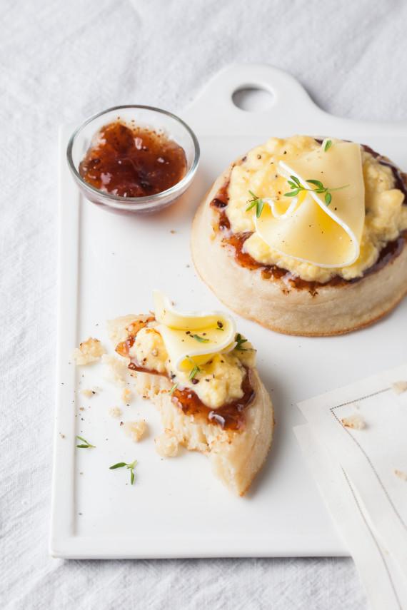 Huevos revueltos, crumpets y lonchas de Brie