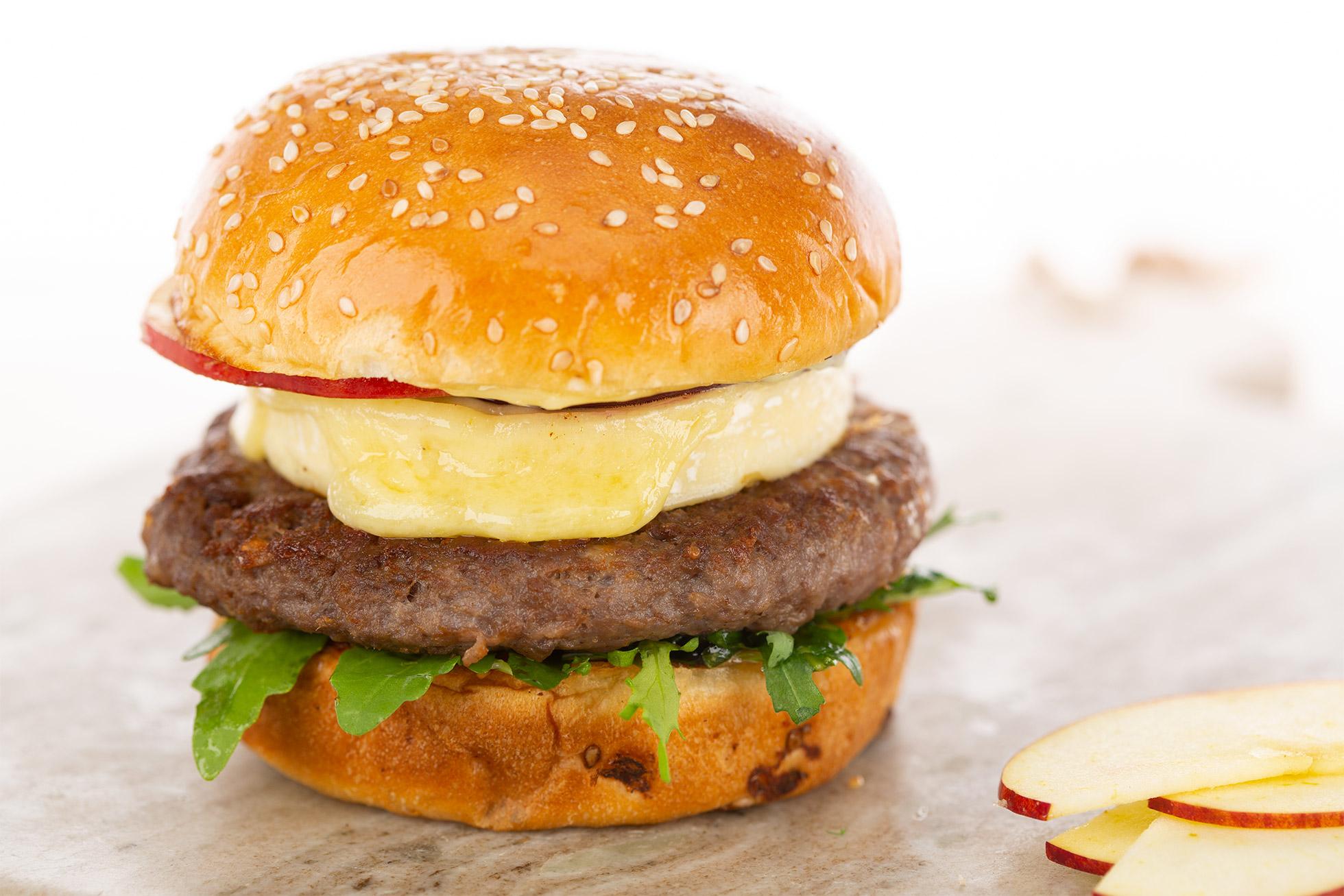 Burger cu mere și Petit Brie