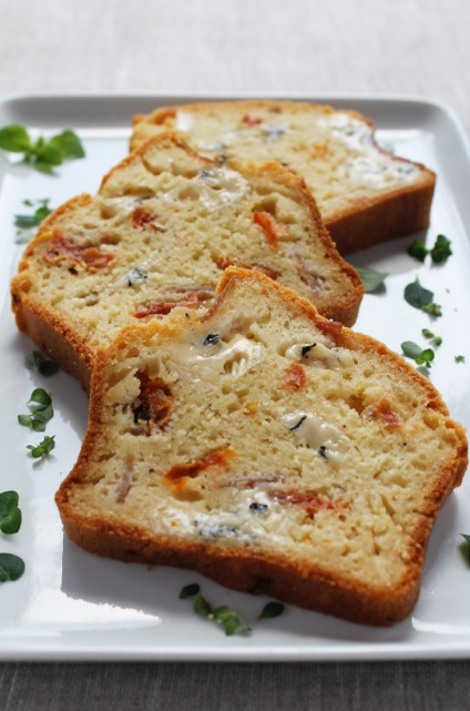 Brie au bleu cake with ham and sun-dried tomatoes