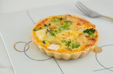 Mini quiche with Camembert and broccoli