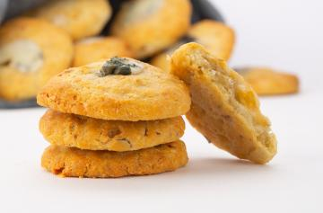 Roquefort and walnut cookies