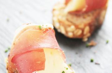 """""""Petits fagots"""" de Camembert con jamón serrano"""