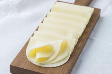 ILE DE FRANCE® Tranches de Brie on a plate