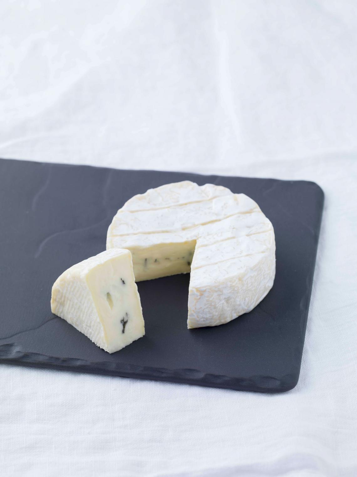 ILE DE FRANCE® Brie au Bleu on a plate